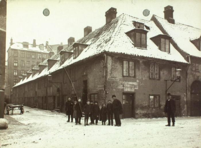 Jødens bule 1890'erne i Lille Søndervoldstræde kort før nedrivningen. Det Kongelige Bibliotek, Billedsamlingen.