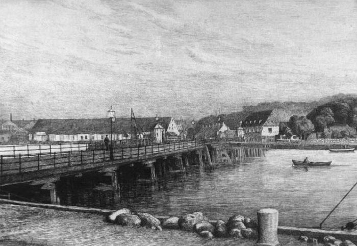 Tegningen omkring 1870? viser træbroen Langbro til Langebrogade på Christianshavnanlagt 1690 og udvidet flere gange. Til venstre Appelbyes skibsværft med det lange pakhus, til højre reberbanen ombygget af Holm i 1830'erne til arbejderboliger (nu er alt nedrevet). Det Kongelige Bibliotek, Billedsamlingen.