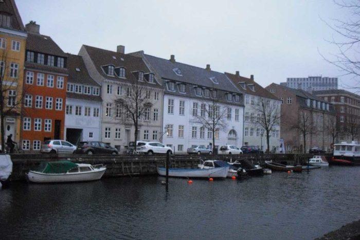 Christianshavns Kanal og Overgaden oven Vandet, det store hvide hus er opført af Thomas Potter, som boede der 1785-90, ved siden af til højre lysestøber Froms hjørneejendom opført i 1780'erne og hofbilledhugger Stanleys gård fra 1750'erne mellem Store og Lille Søndervoldstræde.