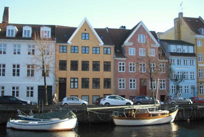 Jernstøber Thomas Potters første hus i Overgaden oven Vandet nr. 26 det gule hus i midten, som han ejede 1775-92. Foto Ida Haugsted 2015.