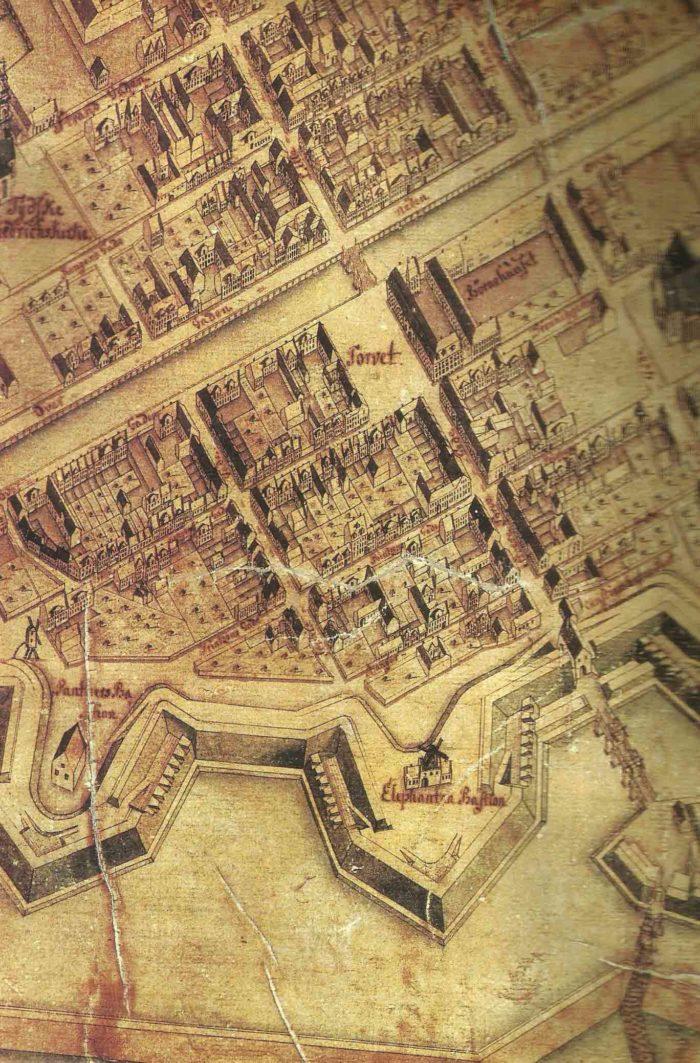 """Christian Geddes eleverede kort over København 1761 med udsnit af Christianshavns Kanel og Overgaden oven Vandet. Yderst til venstre Lille Søndervoldstræde, dernæst den krumme Store Søndervoldstræde og kridtpibefabrikken på hjørnet, den rev Potter ned p 1780 og opførte """"Potters Gård"""", måske bedre kendt som """"Brøstes Gård"""" nr. 10."""
