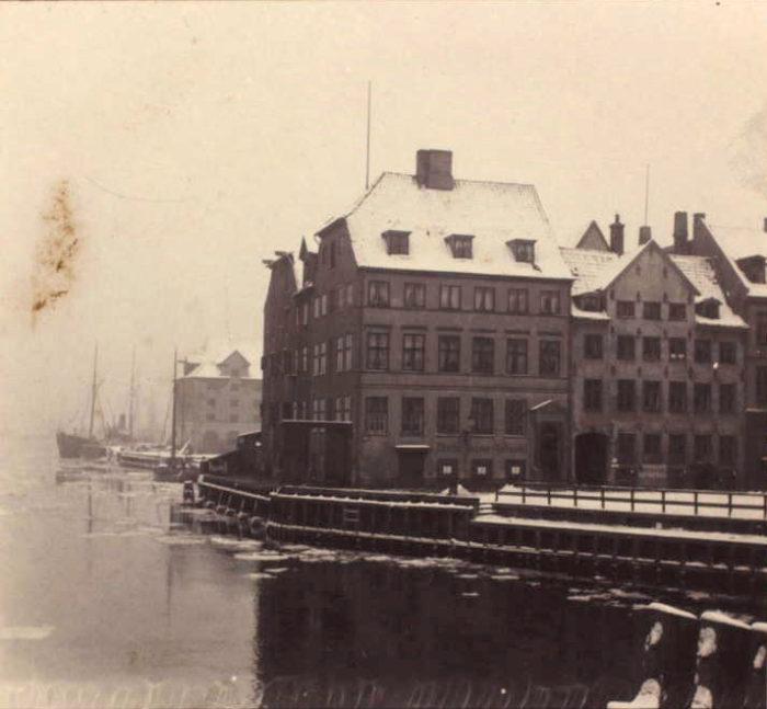 Brogade nr. 1 ved havnen og ved siden af nr. 3 hvor Potter og hans tredje kone boede i 1790'erne. Gaden, der lå ved den gamle Knippelsbro er nu forsvundet. Det Kongelige Bibliotek, Billedsamlingen.