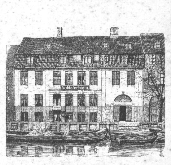 Tegning af Potters Gård som Soldaterhjem i 1890'erne, da huset var ejet af snedkermester Fritz Hansen. Porten til hjørnehuset til højre blev fjernet i 1909. Det Kongelig Bibliotek, Billedsamlingen.