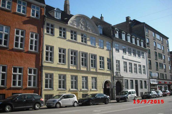 Strandgade nr. 22, huset nummer to fra højre, var vinhandler Peter Rabe Holms hus 1777-1824, her boede 1798-1806 Thomas Potter og Inger Dorothea Hertz med deres to børn Cathrine Thomasine og Thomas.