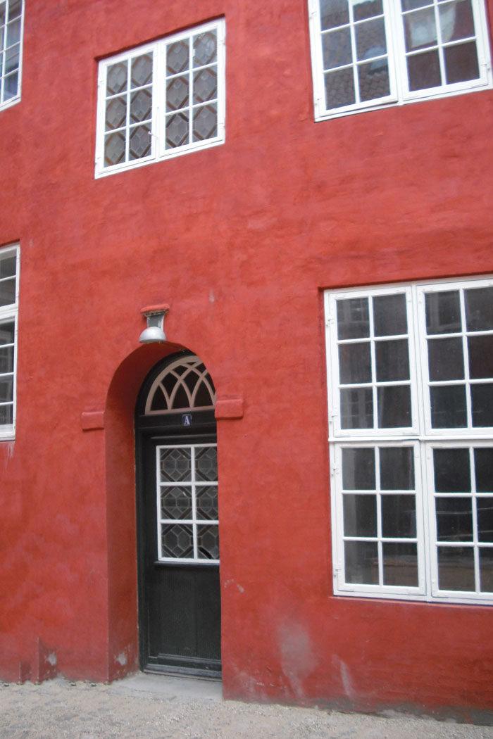 Østlige sidefløj grundmuret og forhøjet til fire etager af Qvist i 1776. Med remise, stald, værksted og værelser øverst. På 1. sals vindue i trapperummet isat glashandler Odin Hansens glasmaleri fra 1920'erne. Foto Ida Haugsted 2017.