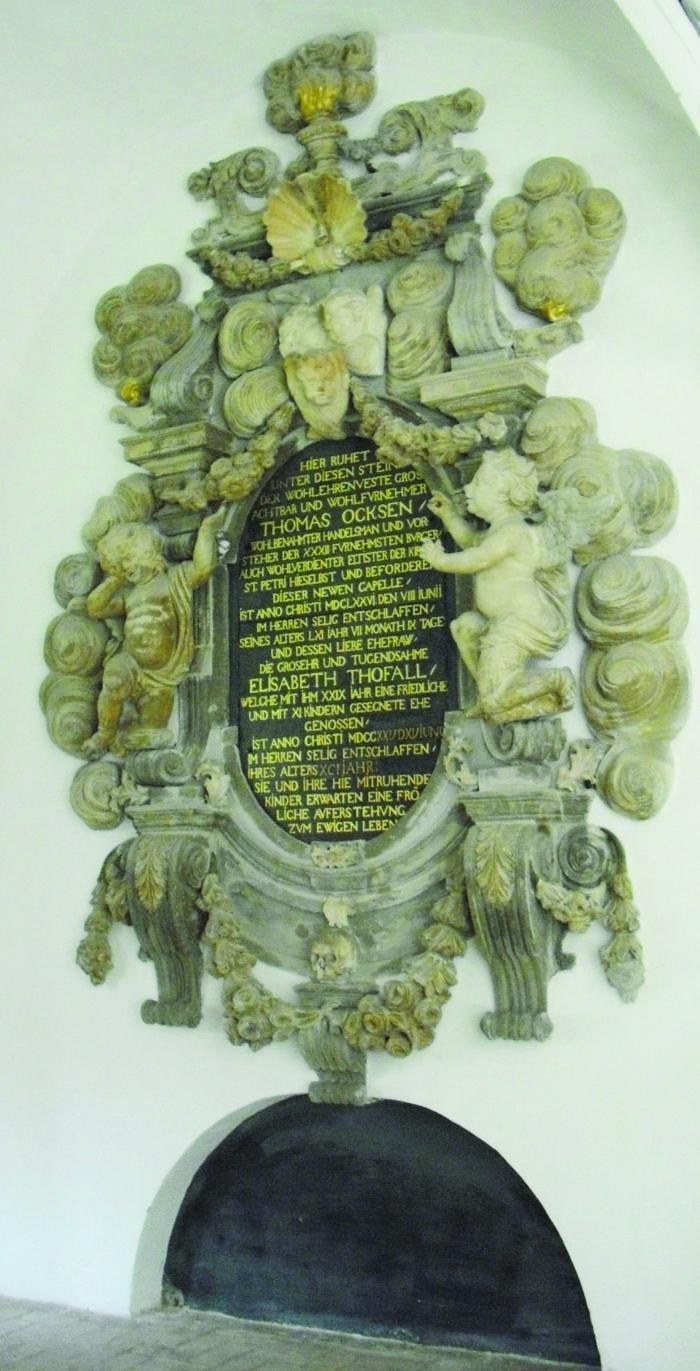 Kræmmer Thomas Oxes epitaf fra 1687 i kapellet Sankt Petri Kirke, Sankt Pedersstræde. Oxe og hans efterkommere blev indtil 1822 bisat i gravkrypten. Foto Ida Haugsted 2017.